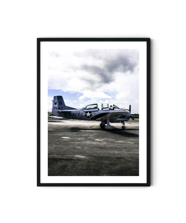 Uçak pistinde yandan çekilmiş eski bir savaş uçağı fotoğrafı